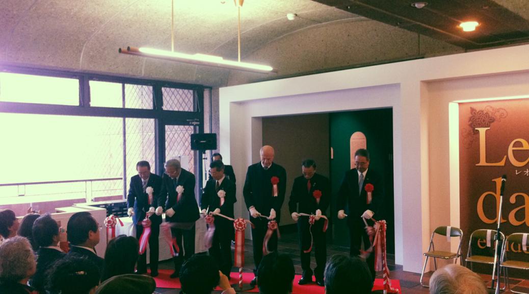 2012年1月5日、午前9時より開催された開会式。写真はテープカットの様子